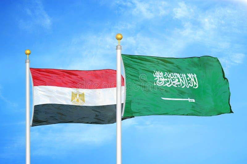 旗杆和蓝色多云天空上两面旗帜 免版税库存图片