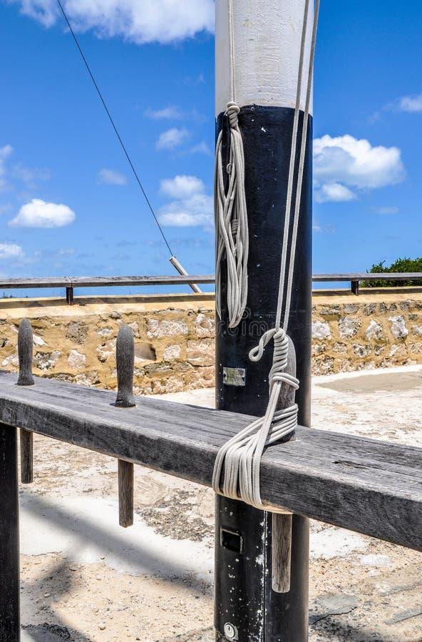 旗杆绳索和磁夹板 免版税图库摄影