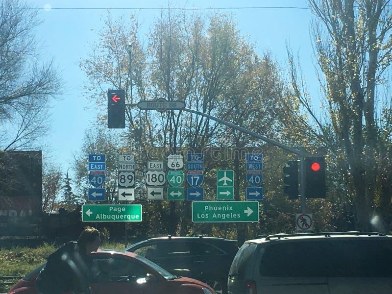 旗竿,NM高速公路标志包括路线66 库存图片