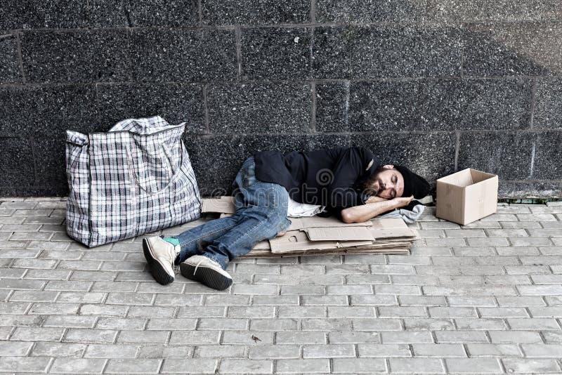 无业游民睡觉外面 免版税库存图片