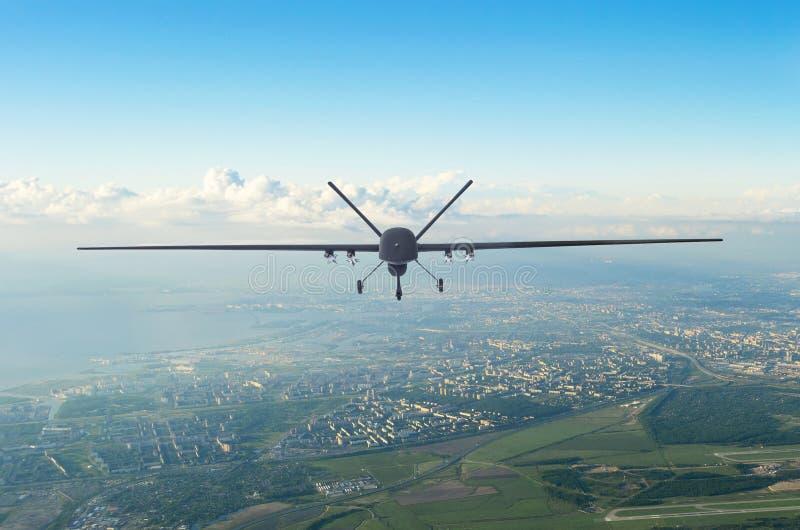 无人军事寄生虫uav飞行在城市的天空中早晨 免版税库存图片