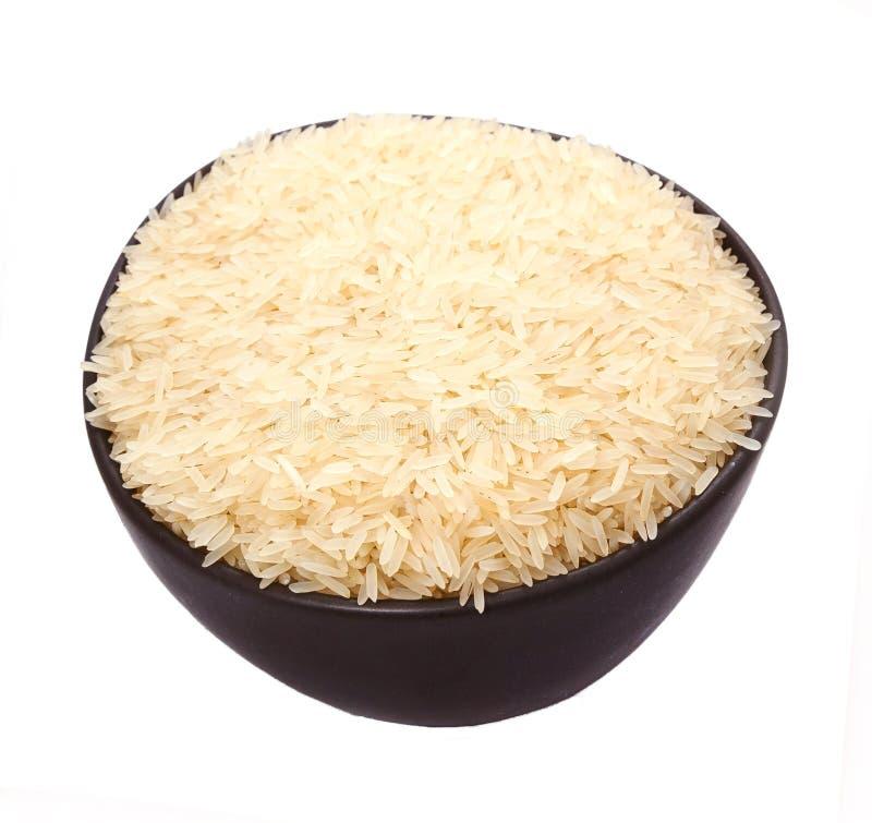 无准备和供食的套在黑暗的习惯陶器的长的白米 隔绝在白色背景,不用阴影 免版税库存图片