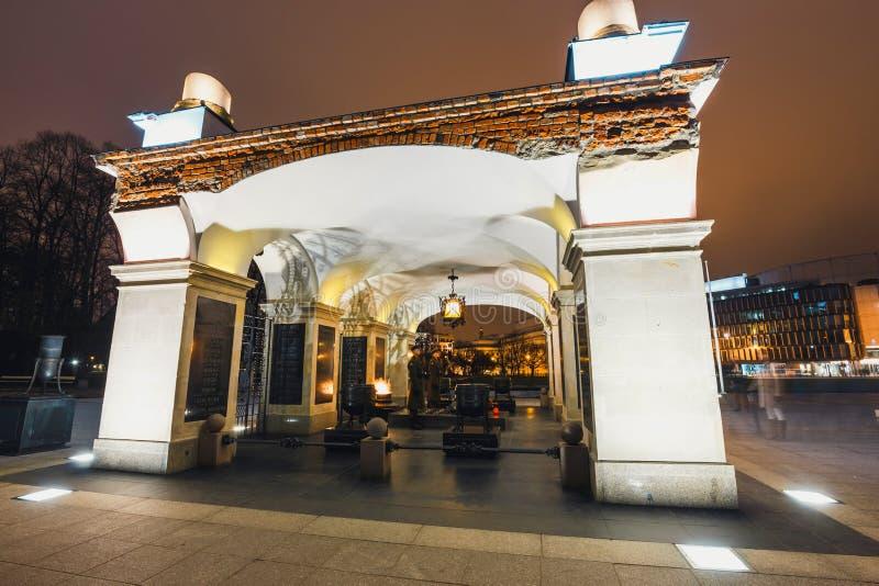 无名英雄墓的夜视图有永恒火焰的在Pilsudski广场在华沙 免版税库存图片