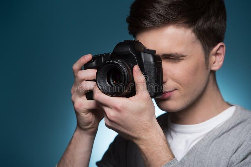 无固定职业的摄影师供以人员拍与照片照相机的照片 免版税库存图片