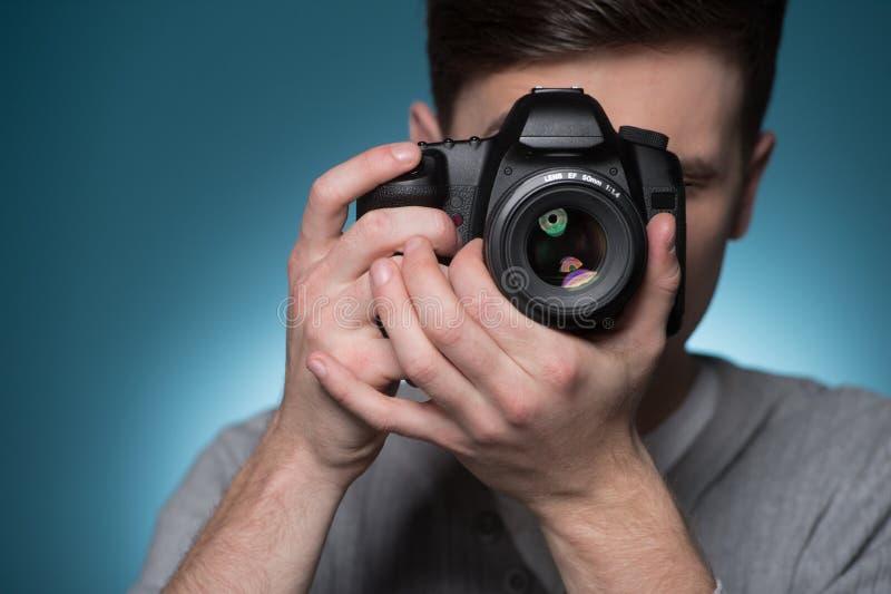 无固定职业的摄影师供以人员拍与照片照相机的照片 库存图片
