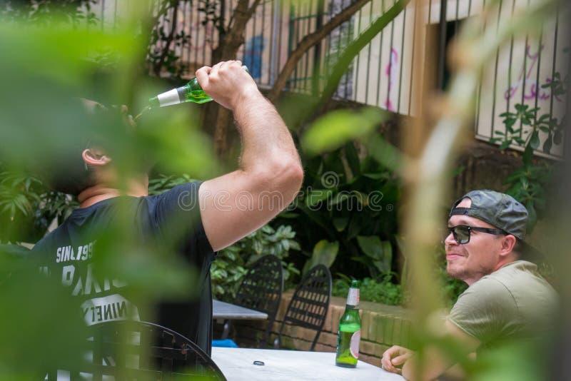 无固定职业的摄影师喝射击了两个的人很多 免版税库存图片