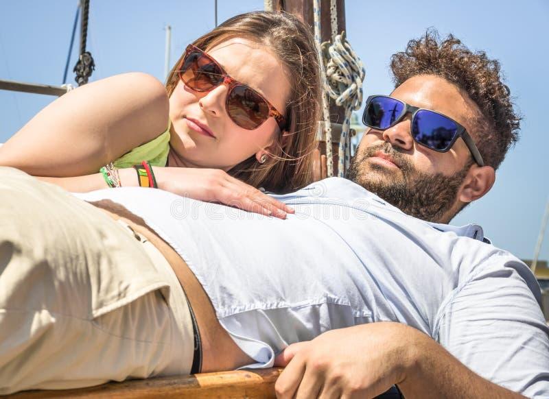 无固定职业的摄影师捉住的恋人夫妇  免版税图库摄影