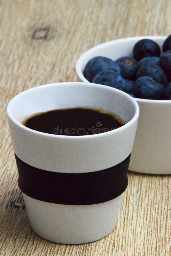 无奶咖啡和健康蓝莓在碗 库存照片