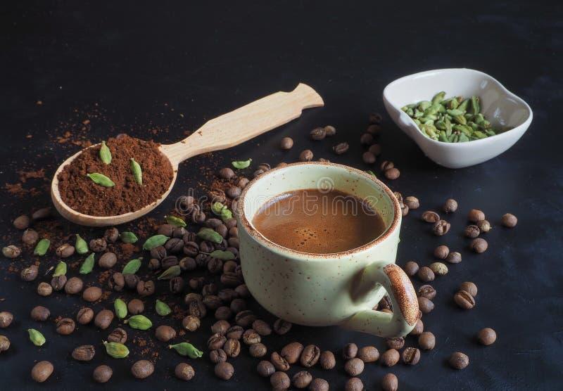 无奶咖啡用豆蔻果实和日期 传统阿拉伯的咖啡 免版税库存照片