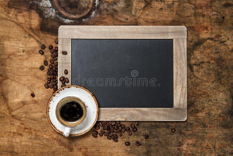 无奶咖啡葡萄酒黑板土气木背景 库存照片