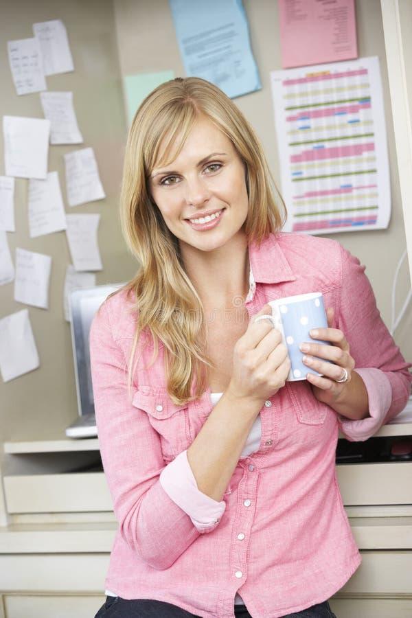 无奶咖啡计算机装饰服务台家膝上型计算机办公室减速火箭的样式妇女工作 免版税库存照片