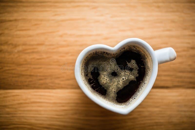 无奶咖啡,在心形的杯子的浓咖啡 爱,情人节,葡萄酒 免版税图库摄影