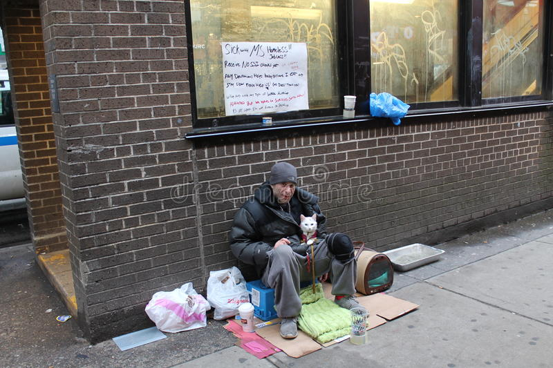无家可归的人和他的猫 免版税库存照片