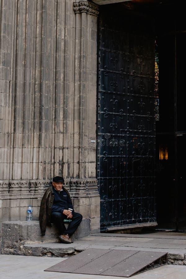 无家可归的人在教会外面 免版税库存图片