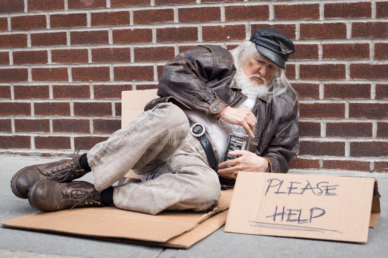 无家可归的人signHomeless人请求帮忙 免版税库存图片