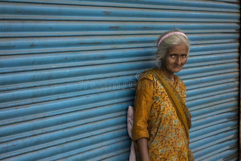 无家可归的可怜的妇女 库存图片