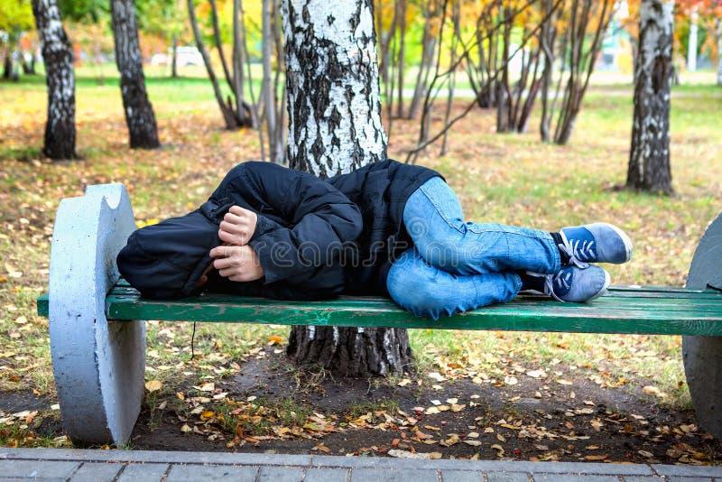 无家可归的少年 库存照片