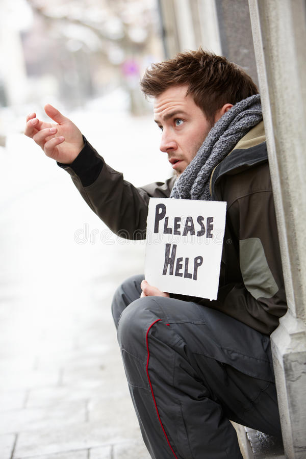 无家可归的年轻人请求在街道 免版税图库摄影