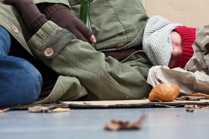 无家可归睡觉在街道上 图库摄影
