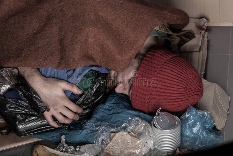 无家可归睡觉在街道上 免版税库存图片