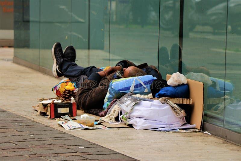 无家可归者在市中心街道睡觉 图库摄影