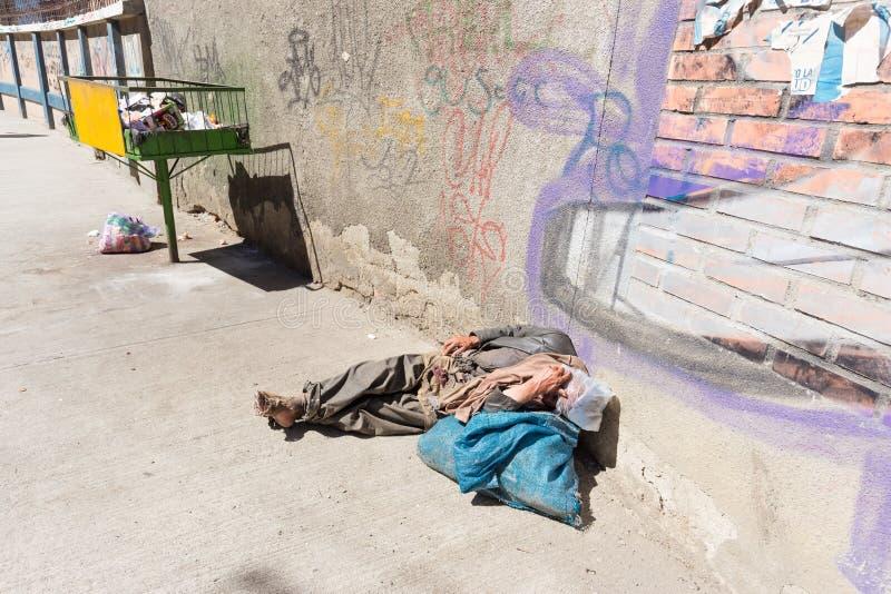 无家可归者赤足说谎的睡觉街道,拉巴斯,玻利维亚 库存图片
