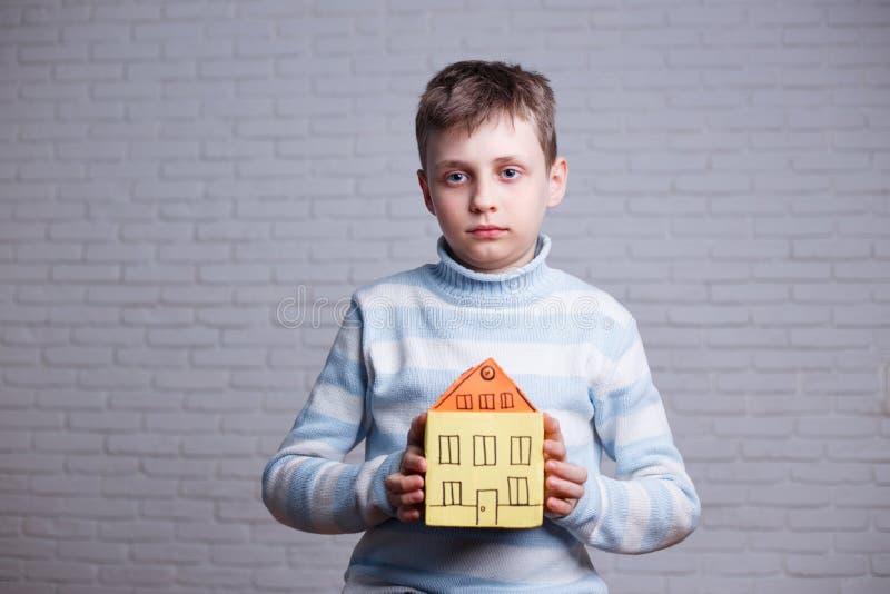 无家可归者,孤儿,移居者,移民,收养概念 有c的男孩 图库摄影