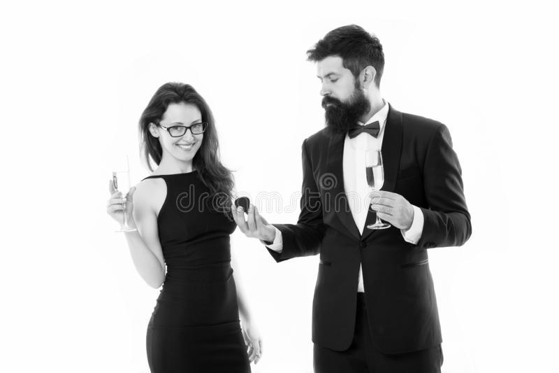?? 无尾礼服的有胡子的人提出提案给性感的妇女 在爱的夫妇庆祝订婚与 免版税图库摄影