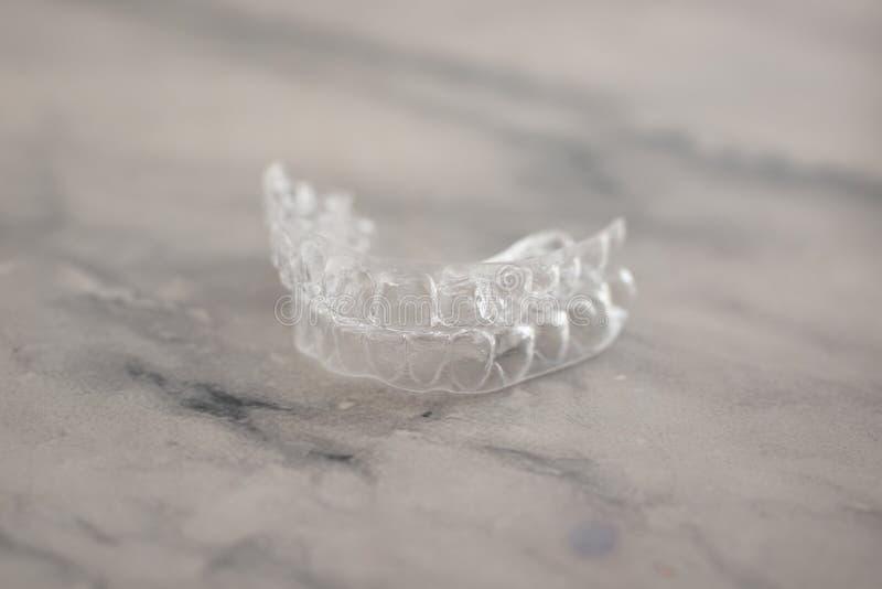 无形的括号直线对准器 牙齿更正的流动正牙学装置 免版税库存图片
