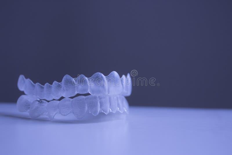 无形的牙齿牙托架牙塑料括号 免版税图库摄影