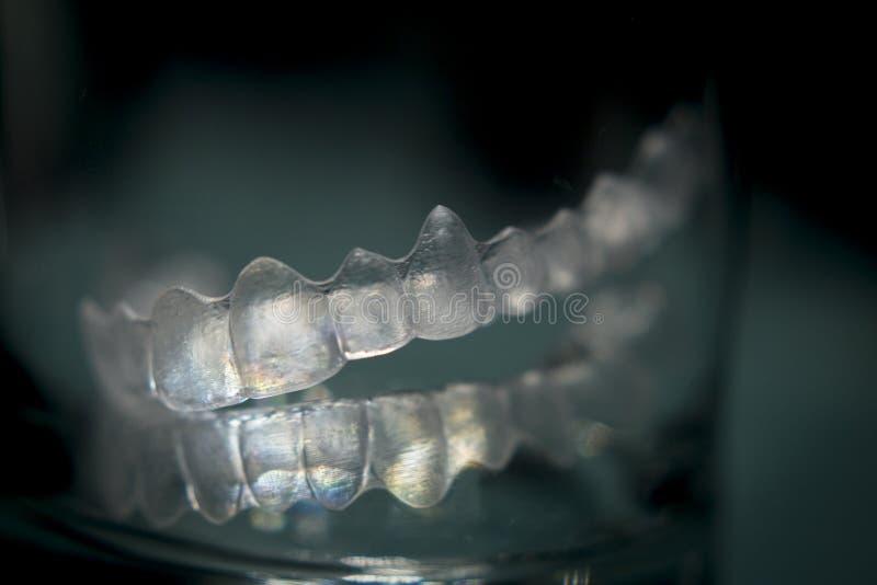 无形的牙齿牙托架牙塑料括号 库存图片