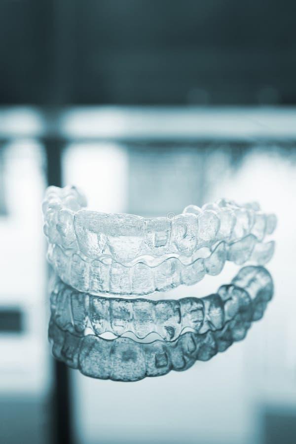 无形的牙齿牙托架直线对准器括号保留 免版税库存照片
