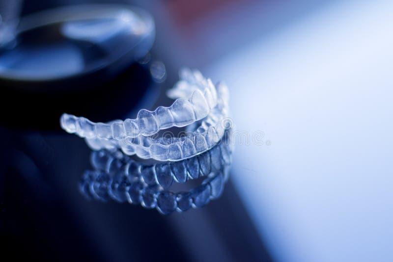 无形的牙齿畸齿矫正术 免版税库存照片