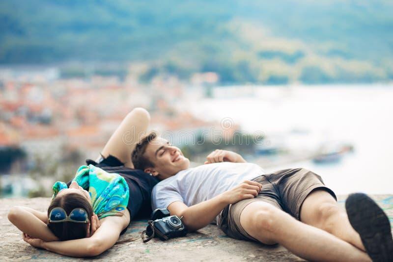 无忧无虑夫妇放松,看都市风景视图 做公司 重音释放,自由感觉 幸福和留心 免版税图库摄影