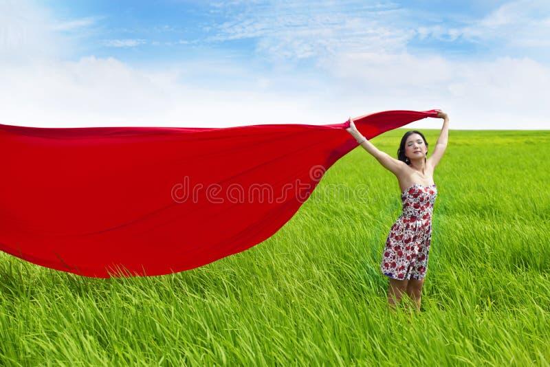 无忧无虑的域红色米围巾妇女 免版税库存照片
