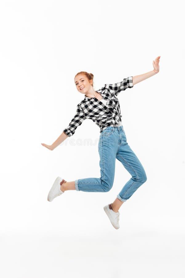无忧无虑的姜妇女的全长图象衬衣的 免版税库存照片