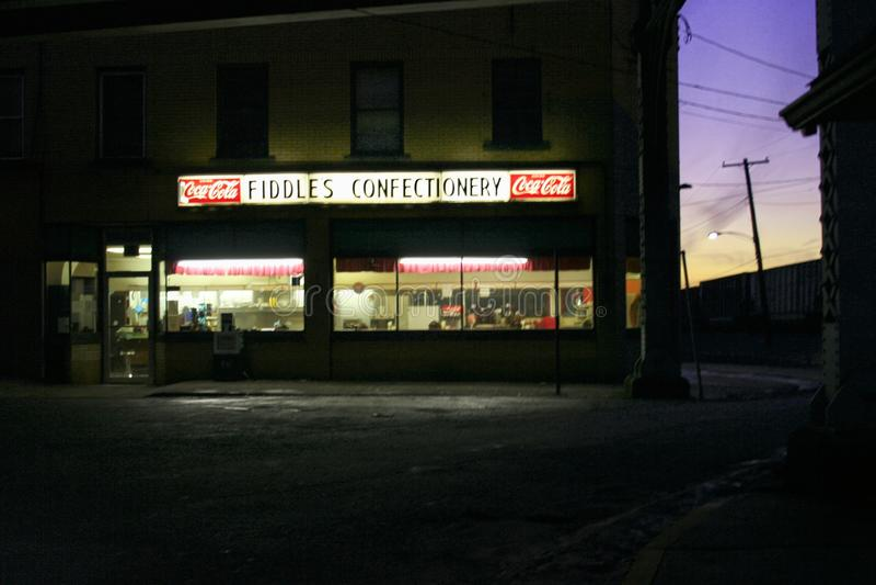 无意识而不停地拨弄糖果店在晚上 库存图片