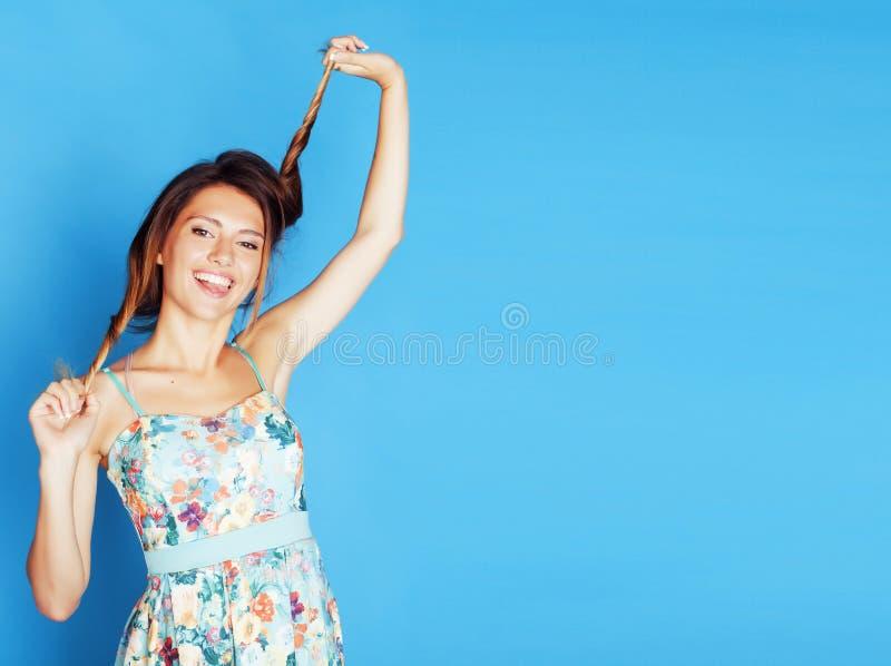 无所事事在蓝色背景的年轻俏丽的妇女 库存照片