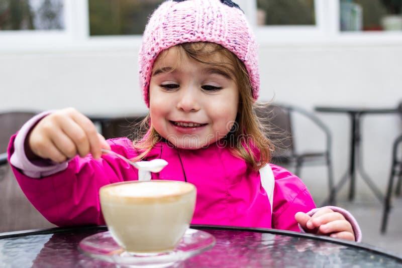 无所事事用咖啡的女孩 免版税库存照片