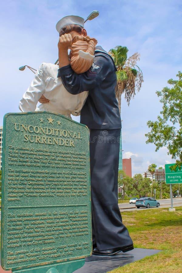 无条件投降雕象在萨拉索塔佛罗里达 免版税图库摄影