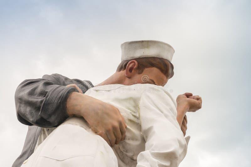 无条件投降亲吻雕象在萨拉索塔 免版税库存图片