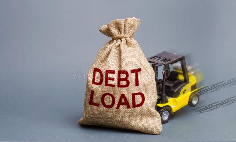 无法的铲车拾起与题字负债的一个袋子 负债,在偿还的财政困难 ?? 免版税库存照片