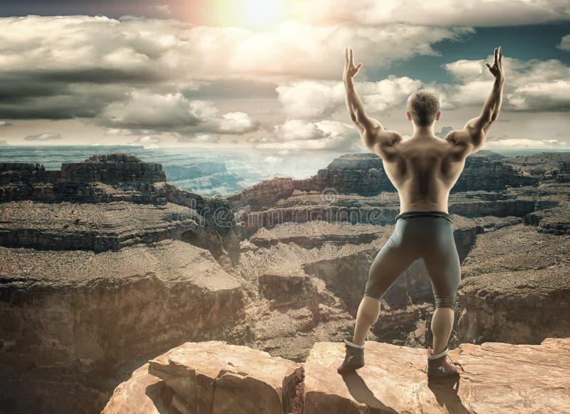 无法认出的勇敢的人站立在山顶部 库存图片