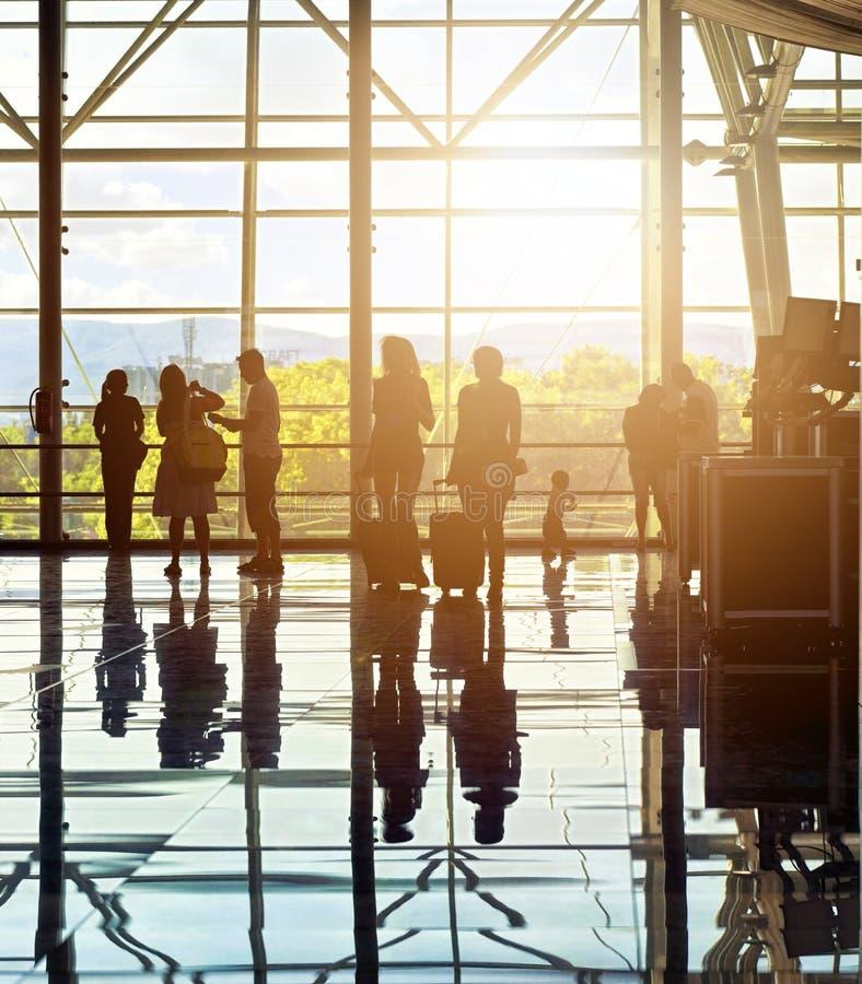 无法认出的旅行的人剪影在机场 库存图片