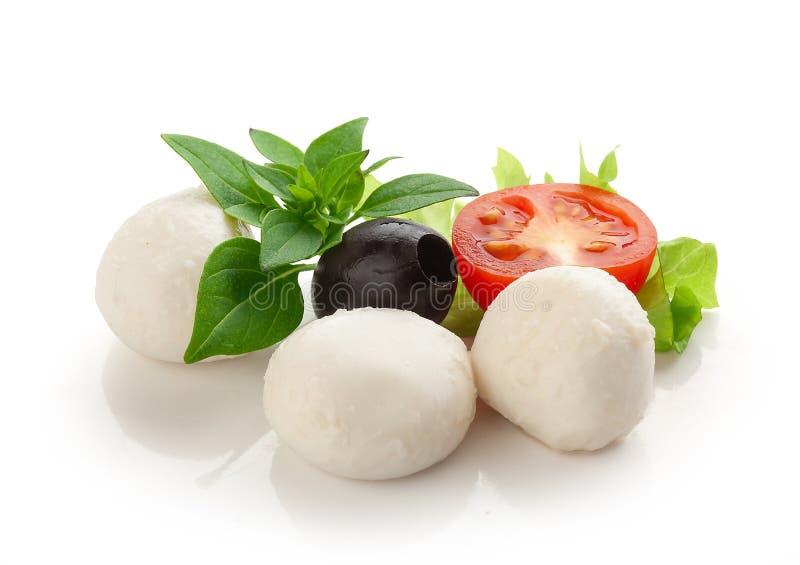 无盐干酪用蕃茄、黑橄榄和绿色蓬蒿 库存照片