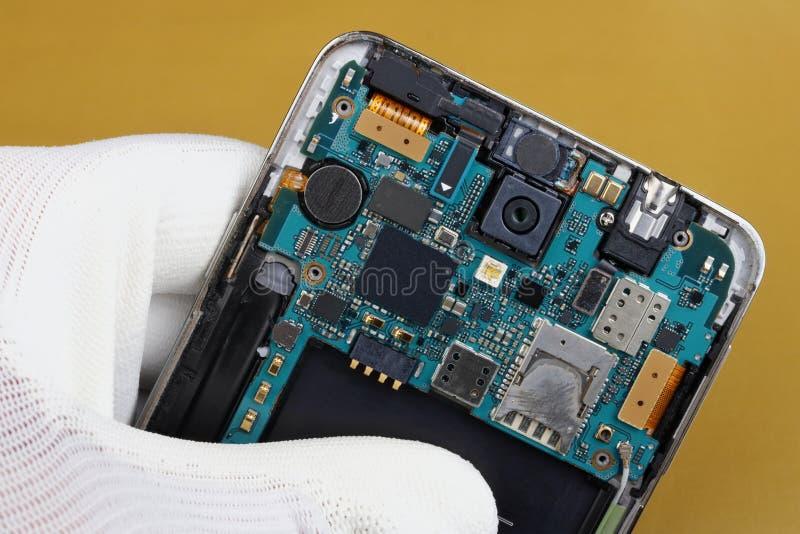 无线手机的技术员修理电路板 免版税库存照片