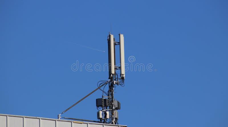 无线电信号发射机  电网络 力量生态  技术杆 蓝天的铁建筑 战略reso 免版税图库摄影