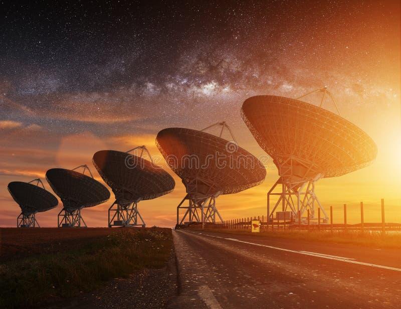 无线电望远镜视图在晚上 皇族释放例证