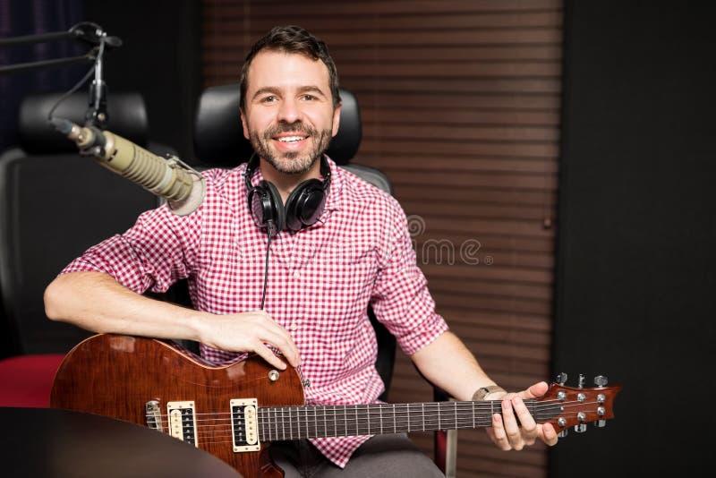 无线电演播室的悦目音乐作曲家 免版税库存照片