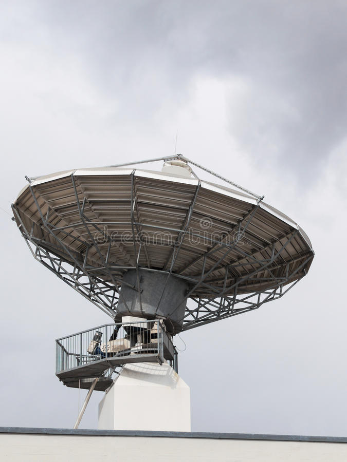 无线电电视的抛物面卫星雷达天线盘 免版税图库摄影